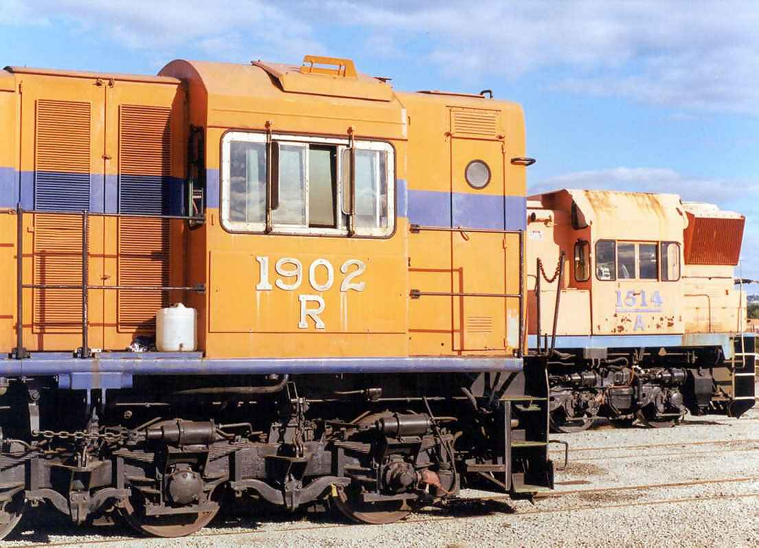 R1902 & A1514 at Forrestfield - November 2000